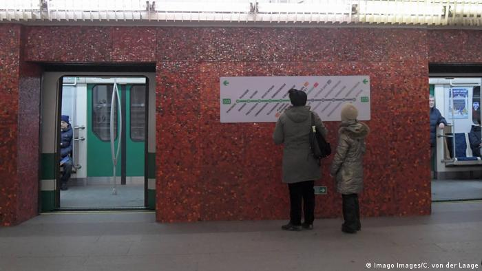 BG Sicherheit im Bahnhof St Petersburg (Imago Images/C. von der Laage)