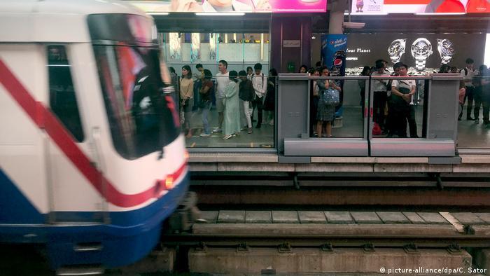 Gente, esperando el tren.