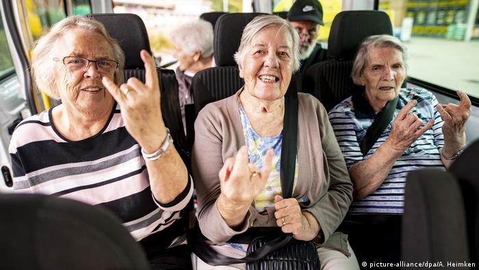 Rentner in einem Auto heben die Hand zum Metalgruss (picture-alliance/dpa/A. Heimken)