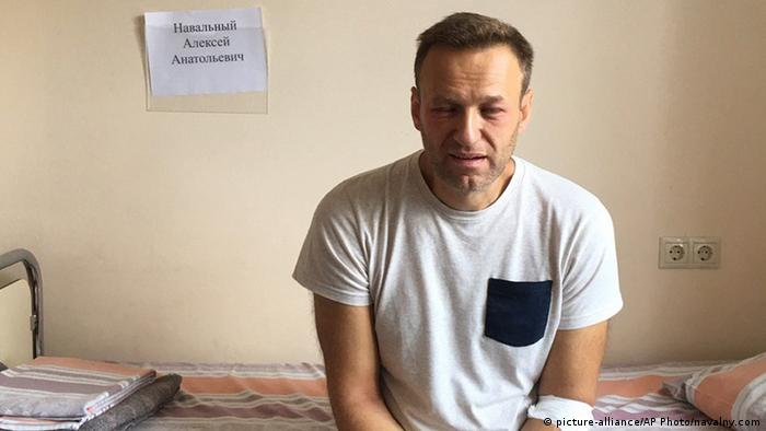 Navalny sitting on a bed in a hospital | zeitliche EINSCHRÄNKUNG (picture-alliance/AP Photo/navalny.com)