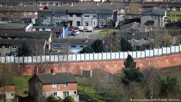 A general view of the peace wall that still divides loyalist and nationalist communities Belfast, Northern Ireland, Friday, March 24, 2017. (picture-alliance/AP Photo/P. Morrison)