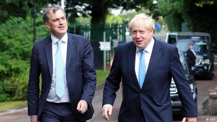 UK Ärger auf Nordirland-Reise von Premier Johnson | Johnson und Smith (AFP)
