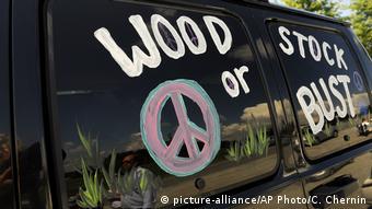 Bus mit der Aufschrift Woodstock or Bust und dem Friedenszeichen, USA 2009