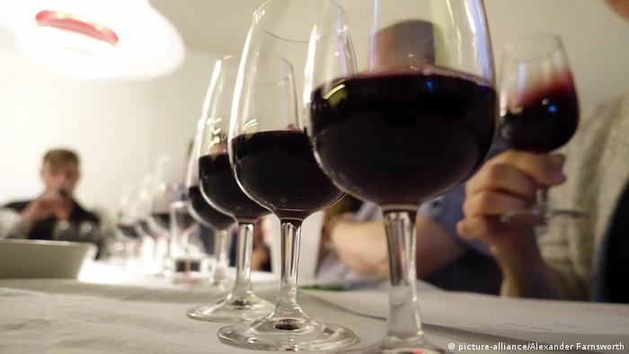 Wine tasting in Sweden (picture-alliance/Alexander Farnsworth)