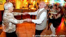 31.12.2005, Magdeburg, Deutschland, Das Rentnerehepaar Balin tanzt am 31.12.2005 ausgelassen bei einer Party zum Jahreswechsel in Magdeburg.Foto: Andreas Lander +++(c) dpa - Report+++ | Verwendung weltweit