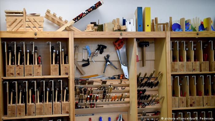 Tools neatly organized in a workshop (picture-alliance/dpa/B. Pedersen)