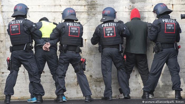 Полицейские задерживают потенциального преступника