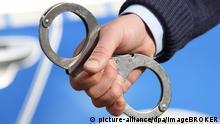Polizei, Streifenwagen, Polizist mit Handschellen | Verwendung weltweit, Keine Weitergabe an Wiederverkäufer.