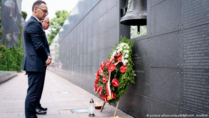 Maas stands in front of the memorial for victims of the Warsaw Uprising with his Polish counterpart, Jacek Czaputowicz (picture-alliance/dpa/Bildfunk/K. Nietfeld)