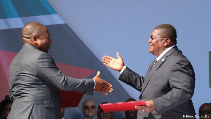 Presidente Filipe Nyusi (esq.) e líder da RENAMO, Ossufo Momade, formalizaram na quinta-feira (01.08) o fim das hostilidades