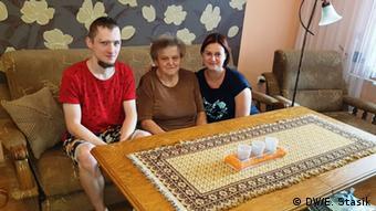 Ο Ντάμιαν, η Μαρία και η Μόνικα στο σπίτι της οικογένειας Χόνιοκ