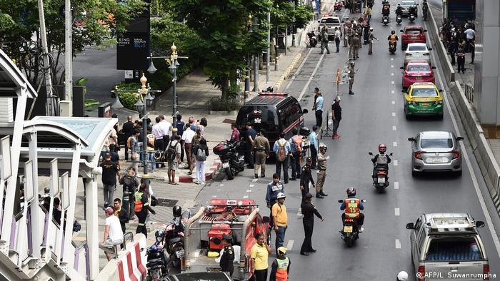 Polizisten sichern einen der Explosionsorte in der thailändischen Hauptstadt