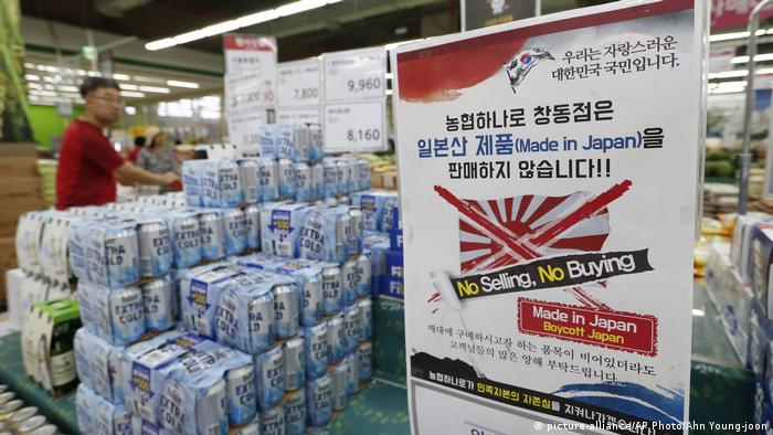 Poster in Seoul encouraging shoppers to boycott Japanese products (picture-alliance/AP Photo/Ahn Young-joon)