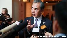 (190801) -- BANGKOK, Aug. 1, 2019 (Xinhua) -- Chinese State Councilor and Foreign Minister Wang Yi takes an interview after his meeting with U.S. Secretary of State Mike Pompeo in Bangkok, Thailand, Aug. 1, 2019. (Xinhua/Zhang Keren) | Keine Weitergabe an Wiederverkäufer.