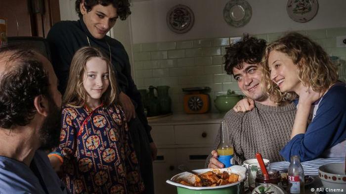 Pressebilder Filmfestival Locarno | Magari : Szene mit Familie in Küche beim heiteren Plaudern