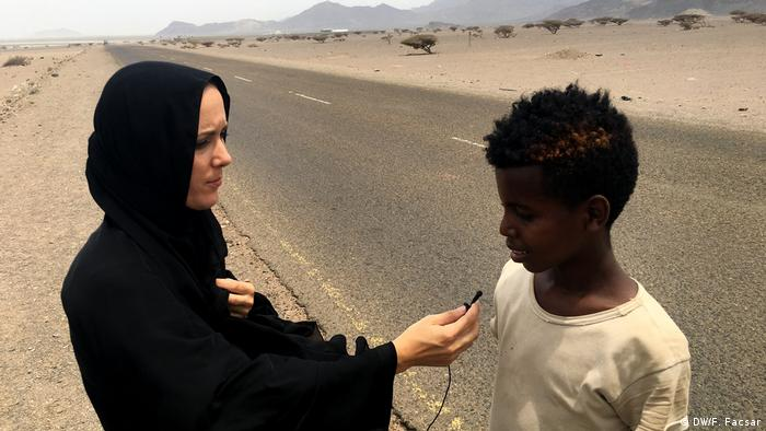 DW reporter Fanny Facsar talking to 13-year-old Saidu from Ethiopia