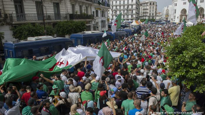 Algerien | 24th Friday of Protest (picture-alliance/dpa/abaca/L. Ammi)
