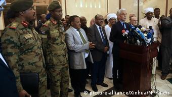 Sudan Khartum Pressekonferenz Mohamed Hacen Lebatt (picture-alliance/Xinhua/M. Khidir)
