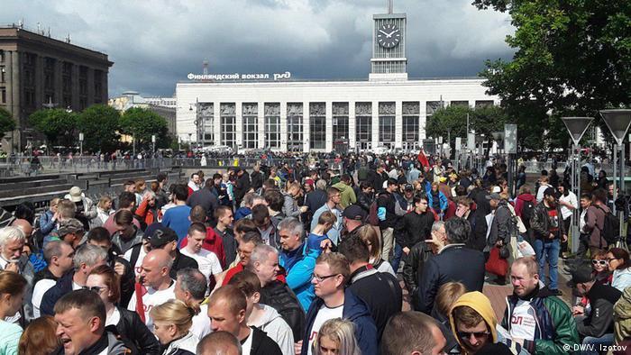 Митинг на площади Ленина у Финляндского вокзала в Петербурге
