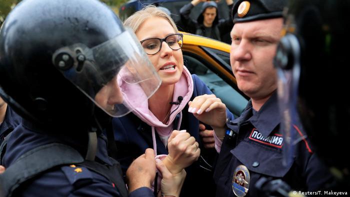 Полиция задерживает Любовь Соболь, 3 августа