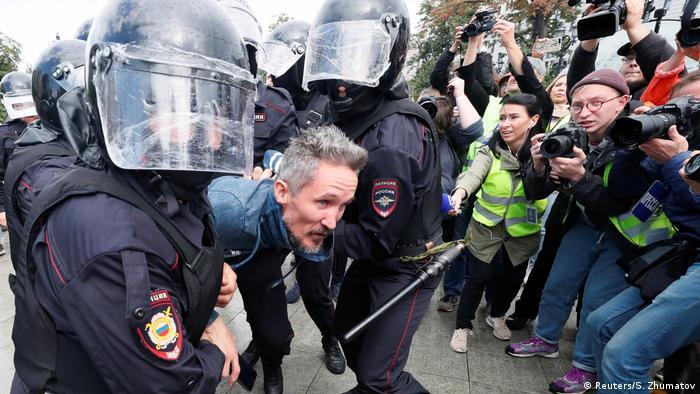 Задержание участника акции протеста