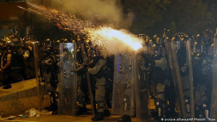 Hongkong Anti-Regierungsproteste - Sicherheitskräfte setzen Tränengas ein