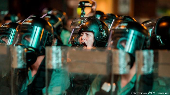 Polizisten rufen, sprich: brüllen Warnungen in Richtung der Demonstranten (Foto: Getty Images/AFP/I. Lawrence)