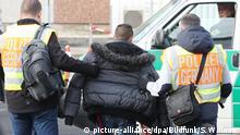 ARCHIV - 24.11.2015, Sachsen, Schkeuditz: Polizisten begleiten einen straffällig gewordenen Asylbewerber zum Flughafen Leipzig-Halle in zu seinem Abflug nach Belgrad (Serbien). (zu dpa Polizei soll mehr Befugnisse bei Abschiebungen erhalten) Foto: Sebastian Willnow/dpa-Zentralbild/dpa +++ dpa-Bildfunk +++   Verwendung weltweit