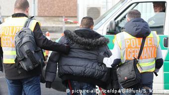 Полицейские доставляют иностранца в аэропорт для его выдворения из ФРГ