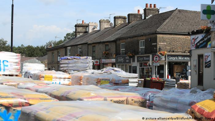 Pellets with sandbags are seen on the streets of Whaley Bridge (picture-alliance/dpa/Bildfunk/PA Wire/P. Byrne)