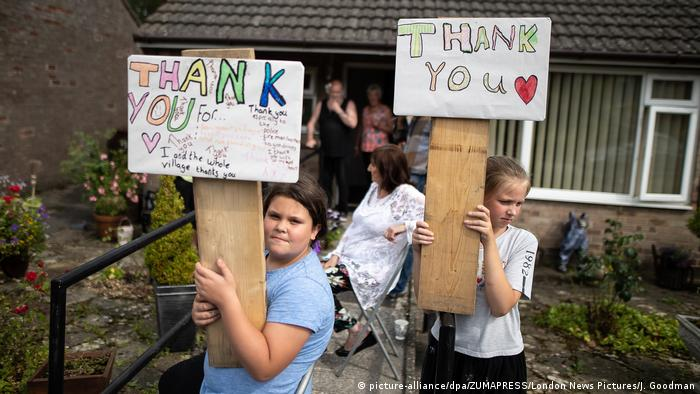 Residents of Whaley Bridge hold signs thanking emergency workers for protecting their town (picture-alliance/dpa/ZUMAPRESS/London News Pictures/J. Goodman)