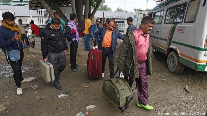 Kaschmir | Touristen verlassen Sinagar nach Terrorwarnung (imago-images/Hindustan Times)