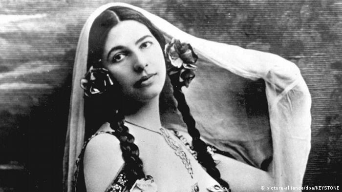 Foto antiga mostra mulher de longas tranças e véu sobre a cabeça