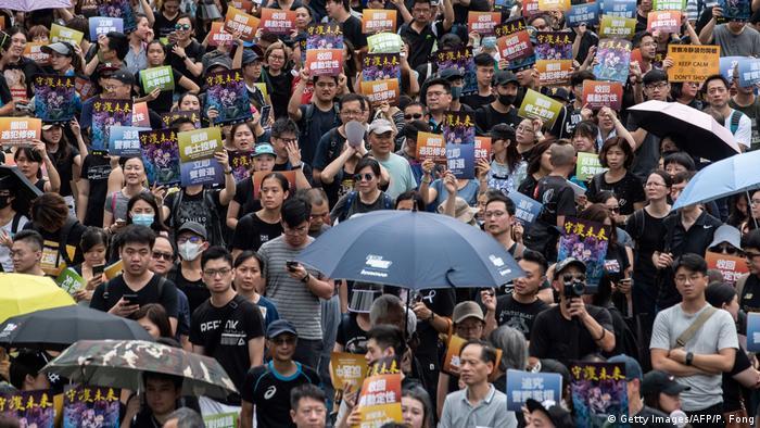 Doppelkundgebungen nach Tränengaskollisionen in Hongkong (Getty Images/AFP/P. Fong)