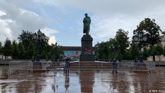 Солдаты Росгвардии оцепили памятник Пушкину