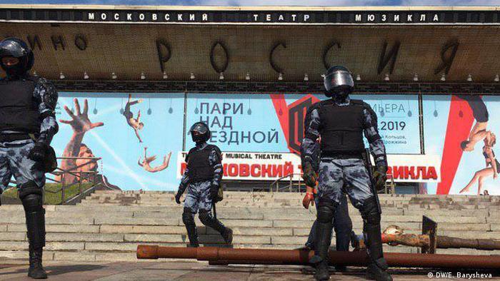 Солдаты Росгвардии перед кинотеатром Россия
