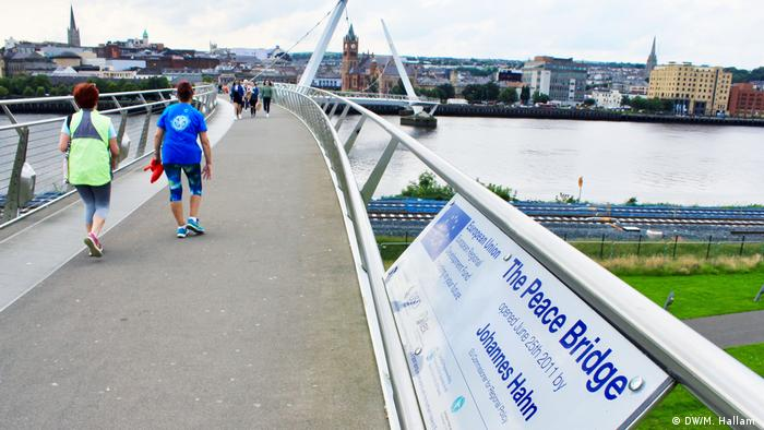The Peace Bridge connecting the two sides of Derry, Londonderry (DW/M. Hallam )