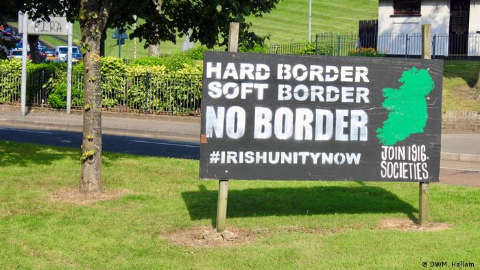 Londonderry - Derry, 02.08.2019+++A placard on the roadside near the entry to the nationalist Free Derry segment of the city, showing a map of Ireland without a border, reads: Hard Border, Soft Border, No Border, #IrishUnityNow. (DW/M. Hallam )
