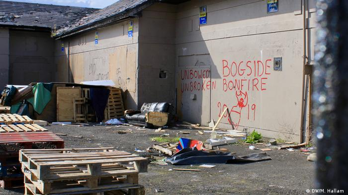 Londonderry - Derry, 02.08.2019+++Graffiti on a derelict building near the entry to the nationalist Free Derry segment of the city reads: Bogside Bonfire 2019, with a Molotov cocktail separating 20 and 19. (DW/M. Hallam )
