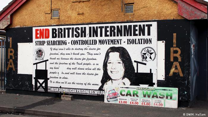 Londonderry - Derry, 02.08.2019+++A large poster calling for the release of Irish republican prisoners, with IRA in gold lettering on either side of it on the wall of a car wash on Creggan Estate, Derry, Londonderry. (DW/M. Hallam )