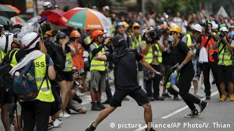 Hongkong Anti-Regierungsproteste - Demonstranten werfen einen Stein auf die Polizeistation (picture alliance/AP Photo/V. Thian)
