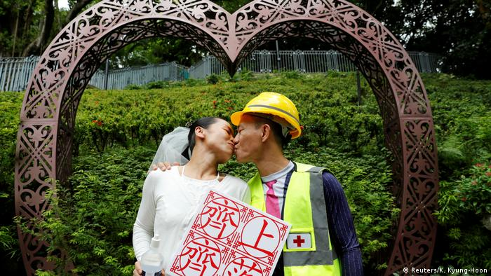 Hongkong Anti-Regierungsprotest beim Hochzeitsfoto (Reuters / K. Kyung-Hoon)