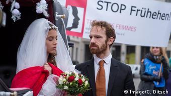 ONG Terre des Femmes encena casamento de adolescente em protesto em Berlim 2015
