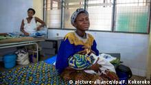 HANDOUT - Eine Frau gibt ihrem Baby in einem Krankenhaus in Accra, Ghana, die Brust, aufgenommen im Februar 2013. Foto: Francis Kokoroko/MamaYe Ghana/dpa Komplizierte Schwangerschaften und Geburten können für Frauen in Ghana schnell lebensbedrohlich werden. Dem westafrikanischen Land fehlen Ärzte und Blutkonserven. Foto: Nana Kofi Acquah/MamaYe Ghana/dpa (zu dpa «Risiko Geburt: In Ghana fehlen Ärzte und Blutkonserven» vom 17.03.2013 - ACHTUNG: Nur zur redaktionellen Verwendung bei vollständiger Nennung der Quelle: «Francis Kokoroko/MamaYe Ghana») | Verwendung weltweit
