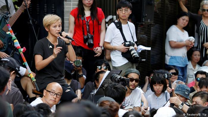 Denise Ho hält eine Rede vor Aktivisten