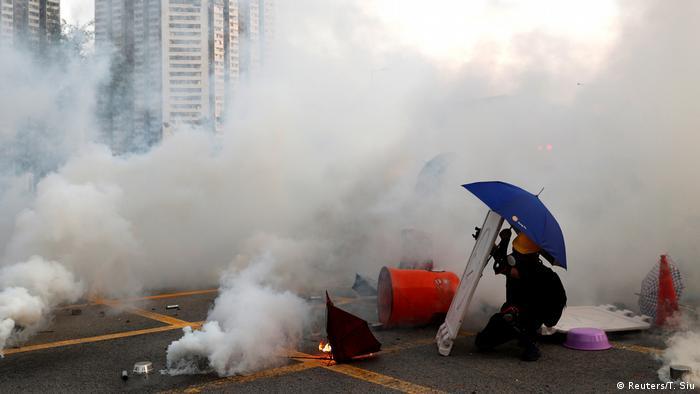 Göstericiler bazı yollara barikat kurmaya çalıştı