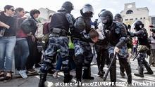 Russland Moskau | Polizeieinheiten nehmen Mann in Gewahrsam