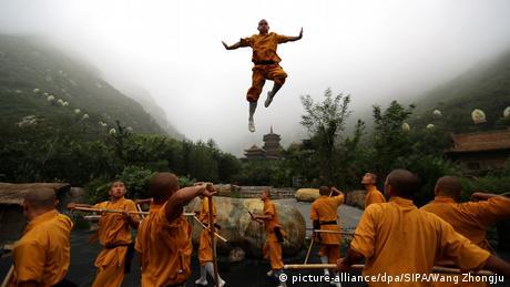 BdTD Shaolin-Mönche in China üben Kung Fu (picture-alliance/dpa/SIPA/Wang Zhongju)