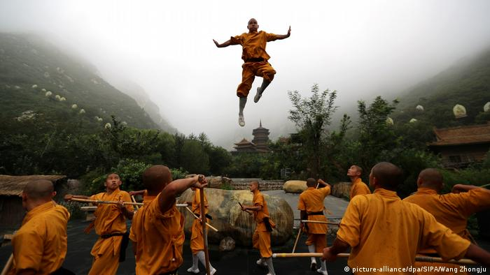 BdTD Shaolin-Mönche in China üben Kung Fu (picture-alliance/dpa/SIPA/Wang Zhongju)