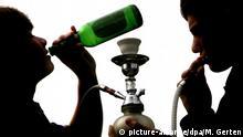 ILLUSTRATION - Jugendliche halten am Dienstag (27.04.2010) in Düsseldorf eine Bierflasche und eine Shisha (Wasserpfeife).Trinken bis zum Umfallen ist nicht cool, sondern endet meist in der Notaufnahme.Mit einer bundesweiten Kinotour sollen Kinder und Jugendliche in diesem Jahr über die Risiken von Alkoholexzessen und Zigarettenkonsum aufgeklärt werden. Foto: Martin Gerten dpa/lnw   Verwendung weltweit
